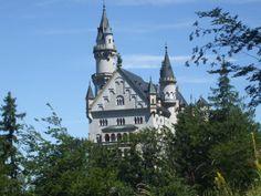 """Castillo de Neuschwanstein construido por el Rey Ludwig II sobre la peña de Hohenschwangau. Baviera. Alemania. Siglo XIX: La primera piedra se coloca el 5 de septiembre de 1864. Promedio de visitantes anual: 1,3 millones de personas. Aforo máximo alcanzado por día: 8.000 personas. Fue elegido por Disney en 1959 para ambientar """"La Bella Durmiente"""". castello-di-neuschwanstein-palazzo_yzj3r.T0.jpg (3488×2616)"""