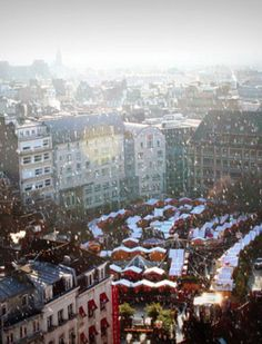 Lille, France Christmas Market >>> so dreamy. Would love to go and drink some hot wine!