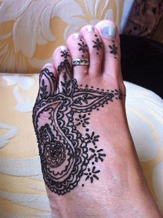 henna tattoo = Would suit me to have henna so its not permanent!