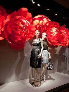 Dior windows 2014 Summer, Paris France window display – Famous Last Words Visual Merchandising Displays, Visual Display, Display Design, Fashion Merchandising, Spring Window Display, Store Window Displays, Giant Flowers, Paper Flowers, Vitrine Design