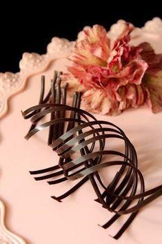 Minulta on kyselty useaan otteeseen, että kuinka näitä suklaakiehkuroita/spiraaleja tehdään. Nyt tässä ohje näihin. Kannattaa käyttää k... Hair Accessories, Baking, Cakes, Cake Makers, Bakken, Kuchen, Hair Accessory, Cake, Pastries