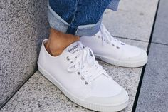 Pour son look d'automne, Tommy a choisi ces baskets Spring Court associées avec un jean retroussé  #baskets #whitebaskets #whitesneakers #sneakers #sneakersaddict #sneakersfashion #sneakersformen #outfit #menfashion #men #menshoes #mensfashion #jean #casuallook Sandro, Sneakers Addict, Men's Fashion, Jeans Levi's, Casual Look, Adidas Stan Smith, Baskets, Adidas Sneakers, Spring