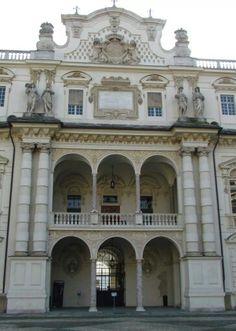Castello del Valentino - particolare facciata centrale interno corte, Piemonte. 45°04′00″N 7°42′00″E