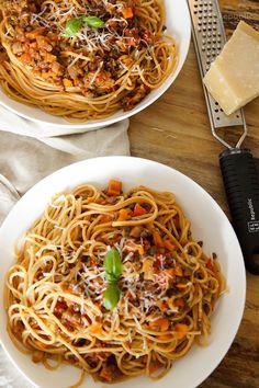 Vegetarische Puy Linsen-Bolognese mit Gemüse.  Mit italienische Kräuter wie Oregano, Thymian und Basilikum. Dazu Tomaten, etwas Karotte, Paprika und Sellerie. Natürlich auch Knoblauch für ein besonderes Aroma. Eine herzhafte Linsen-Bolognese, die auch Fleisch-Fans lieben. Und wer den Parmesankäse weglässt hat automatisch ein veganes Gericht. Einfache gesunde Rezept!