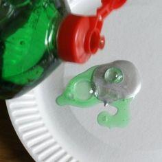 """Para hacer pintura """"rasca y gana"""" mezcla una parte de detergente líquido por dos partes de pintura acrílica y pinta sobre la parte enmicada que quieras esconder."""