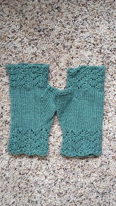 These delicate fingerless gloves combine the refinement of simple lace with eyelet patterns, spread along the thumb. You can easily make the cuff longer and get long Victorian mittens!