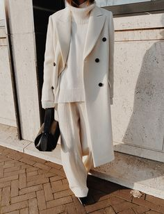 Mannon Classic Double-breasted White Coat , The Bazilika Cashmere White Turtleneck Jumper , Kindersalmon White Oversized Trousers , Yuzefi Loaf Leather Bag Black And White Outfit, White Outfits, Casual Outfits, White Fashion, Look Fashion, White Turtleneck, Mode Outfits, Fashion Outfits, Casual Styles