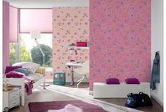 Süße Tapete für das Kinderzimmer. Die pinke und rosane Tapete wird verziert mit kleinen, bunten Blumen und wird so zum Highlight im Kinderzimmer.  #Think #Pink #Kind #Kinderzimmer #Tapete #Wanddekoration #Hertie
