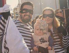 The thief family #thief #family #ladrona #ladron #sacodinero #disfraces #disfraz #costume #carnaval2017 #carnival2017 #mamá #papa #bebé #mom #dad #baby #babyboy #carnavalpalamos2017 #palamos #palamós