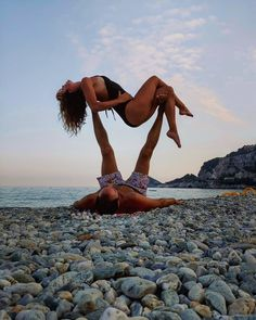 Couples Yoga Poses, Acro Yoga Poses, Partner Yoga Poses, Yoga Poses For Two, Yoga Pilates, Yoga Moves, Yoga Beginners, Paar Workout, Foto Yoga