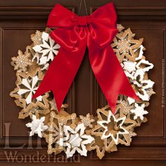 Create the perfect Christmas centrepiece with this delicious edible wreath made up of crunchy spiced biscuits, beautifully decorated with gorgeous red and white iced stars. Christmas Wreath Cookies, Gingerbread Christmas Decor, Christmas Treats For Gifts, Christmas Biscuits, Christmas Baking, Gingerbread Cookies, Christmas Holidays, Christmas Wreaths, Snowflake Wreath