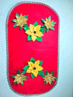 Vas a aprender a elaborar este bonito camino para decorar tu mesa en navidad, necesitas fieltro y flores de pascua y dejar volar toda tu creatividad Pot Holders, Drive Way, Felting, Bonito, Mesas, Creativity, Flowers, Potholders