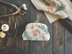 work Embroidery bow Brooch 2015 - Ring pillow 2015 - Mini pouch 2014 - Mini pouch necklace 2014 - summer leaf - Flowers Of The Field pouche - Flower pattern pouch 2013 - crab embroidery. Embroidery Bags, Japanese Embroidery, Cross Stitch Embroidery, Embroidery Patterns, Diy Bordados, Pineapple Embroidery, Motifs Textiles, Pouch Pattern, Handmade Bags