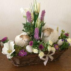 Easter Flower Arrangements, Easter Flowers, Diy Flowers, Floral Arrangements, Spring Projects, Spring Crafts, Easter Egg Designs, Flower Boxes, Easter Crafts