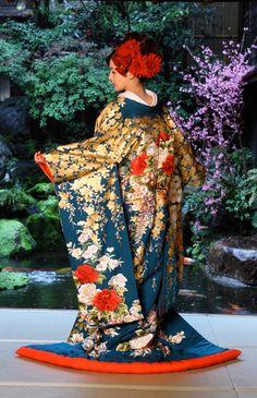 紺色の打掛着物と赤い髪飾り