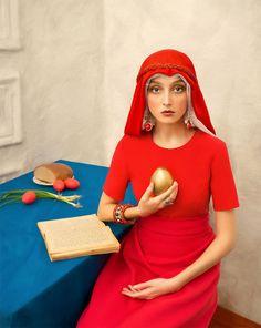 Traditionalisme et modernité se rencontrent dans ces clichés qui rendent hommage à la culture russe. Ces photographies, tirées de la série « Pasha », où se mêlent couleurs vives, décors qui attirent l'œil et costumes d'époque célèbrent avec talent la culture slave, et plus particulièrement la culture russe. Un projet signé Yakovlev & Aleeva.