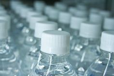 São Francisco, na Califórnia | abr/2016 | Após cobranças e protestos realizados por ativistas, as autoridades locais entraram em um consenso e determinaram que só poderá ser comercializada água em garrafas plásticas que comportem mais de 600 ml. A partir de outubro deste ano, estarão banidas as vendas de água em garrafas plásticas para uso individual.