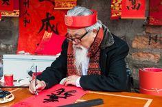 Un vieux maitre écrit les calligraphies à l'occcasion de la fête du Nouvel An à #Hanoi #Vietnam (Copyright : Jimmy Tran/Shutterstock). Pour en savoir plus : http://www.hanoivietnam.fr/comment-traduire-le-mot-van-mieu/