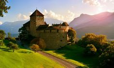 Vaduz Castle is the palace and official residence of the Prince of Liechtenstein. The castle gave its name to the town of Vaduz, the capital of Liechtenstein, which it overlooks from an adjacent hilltop. Hd Wallpaper Vintage, Wallpaper World, Famous Places, Medieval Castle, Maker, Amazing Nature, Travel Photos, Monument Valley, Twilight