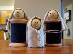 Maria, Giuseppe e Gesù; questo presepe è stato creato recuperando delle spolette finite.