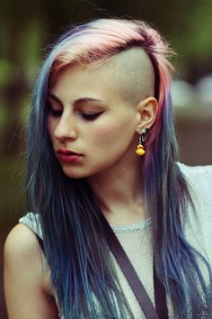 The Best Beauty Tips For People Of All Ages. A good beauty routine should be relaxing and pleasant. Now you can try some new beauty techniques with co Shaved Hair Women, Half Shaved Hair, Best Beauty Tips, Beauty Hacks, Good Beauty Routine, Undercut, Grunge Hair, Cut And Color, New Hair
