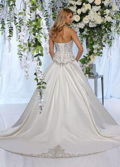 5ad139e97fb7e White traditional princess wedding dress size 8 corset medium tail