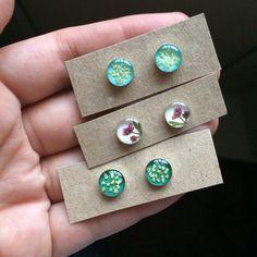 Diy Resin Art, Diy Resin Crafts, Jewelry Crafts, Handmade Jewelry, Resin Jewlery, Resin Jewelry Making, Resin Charms, Resin Flowers, Diy Earrings