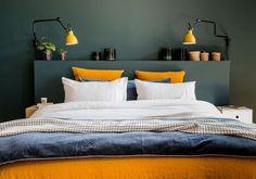 Une chambre bleue au linge de lit dépareillée