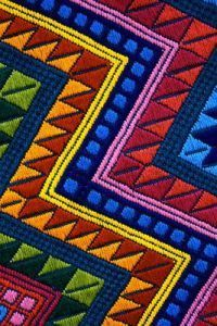 Diy Embroidery, Embroidery Patterns, Cross Stitch Patterns, Country Primitive, Motifs Aztèques, Mexican Rug, Guatemalan Textiles, African Theme, Fabric Wreath