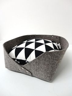 | Felt bed |  This modern felt bed is perfect for cats and small dogs. Its made with resistant synthetic and wool material that dont show pet hair too much! Inspired by scandinavian style, its a nice touch to add to your home decor too. Have fun choosing the pillow pattern that fits the best in your room... or get both to exchange it as you wish!  Include a bed and a pillow with cover.  > Materials: Felt ( synthetic blend with wool ), silver rivets, polyfibers pillow, 100% cotton pillow…