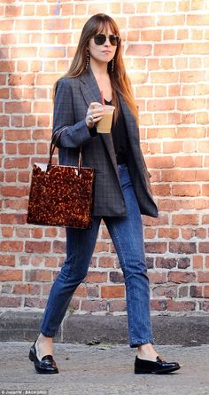 Johnson dons a tweed blazer and loafers for an outing in NYC Need a jolt: Dakota Johnson was spotted grabbing coffee in NYC on Thursday.Need a jolt: Dakota Johnson was spotted grabbing coffee in NYC on Thursday. Blazer En Tweed, Look Blazer, Casual Blazer, Dakota Johnson Street Style, Dakota Style, Dakota Jhonson, Look Fashion, Fashion Models, Fashion Trends