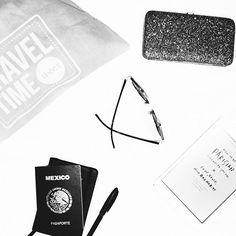 Travel essentials? #sunnies, #shoebag (las de @kooxbylula son mis favoritas ), passport, money! ✈️ #fashion #blog #aboutfitsenPuebla #traveling #lifestyle #howtobeparisian #ad : kooxbylula@gmail.com
