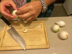 La cebolla: picar muy chiquita, y rehogarla antes de incorporar el arroz.
