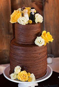 Bánh cưới được phủ chocolate với hình ảnh cô dâu chú rể dễ thương.