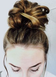 easy top knot messy bun 5 steps Messy bun top knot hair tutorial blonde brunette how to do a updo ea Easy Messy Bun, Messy Curly Bun, Messy Ponytail, Messy Bun Medium Hair, Quick Updo, Medium Hair Styles, Curly Hair Styles, Hair Knot Tutorial, Easy Top Knot