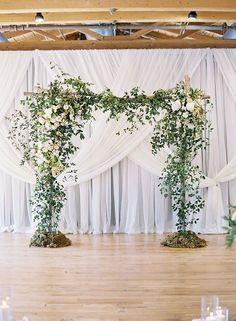 Foliage winding up front #wedding #urquidlinen