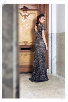 Jurken Huren. Adrianna Papell. Aster. Maxi dress. Elegant. Beautiful dress. Open back. Short sleeves. Photographer Elza van der Saag.