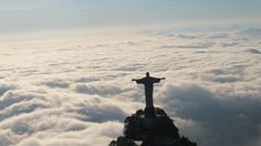 Vista aérea do Cristo Redentor mostra a neblina encobrindo a paisagem do Rio de Janeiro - UOL Notícias