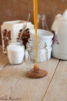 Do tej pory karmel robiłam tradycyjnym sposobem, który polega na długim gotowaniu syropu cukrowego do momentu odpowiedniego stopnia karmelizacji cukru. Sposób jest oczywiście bardzo dobry, ale zajmuje sporo czasu. Dopiero niedawno odkryłam, że jest inne wyjście, metoda dużo szybsza. W… Continue Reading →