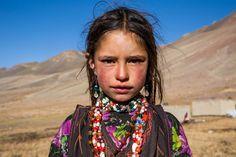 Lembrar de nossa experiência no Afeganistão é lembrar das pessoas que cruzaram o nosso caminho. Curiosas, sorridentes, envergonhadas e amedrontadas aonos ver ou ver umcarro tão diferente. Faces d…
