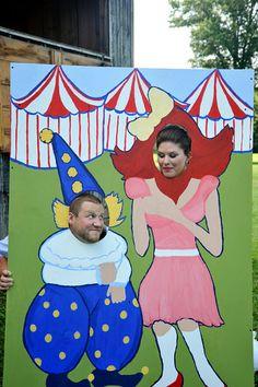 Un photocall divertido y original para una bocade circo o carnaval. / Fun and Fabulous Carnival Wedding / #carnaval #wedding #boda #carnival #color #colour #party #photocall