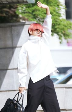Read 49 from the story Taehyung Is The Type Of Boyfriend by (🌹) with reads. Taehyung es el tipo de novio que cuando lo be. Bts Taehyung, Jimin, Bts Bangtan Boy, Taehyung Red Hair, Taehyung Fanart, Daegu, Bts Airport, Airport Style, Airport Fashion