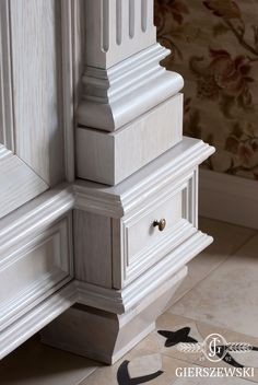 Hall Interior Design, Wooden Main Door Design, Wood Appliques, Renaissance Architecture, Stone Columns, Wood Carving Designs, Black And White Interior, Furniture Design, Crown Moldings