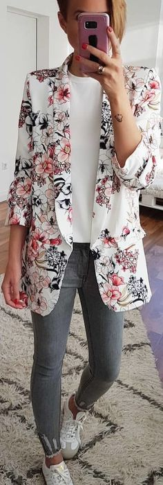person wearing white, black, and pink floral blazer. Pic by Floral Blazer Outfit, White Blazer Outfits, Spring Outfits, Winter Outfits, Blazer With Jeans, Winter Fashion, Fashion Fashion, Women Wear, How To Wear