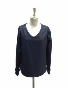 """Chemisier Blouse bleu marine, poignées mousquetaires, encolure V. Ce chemiser-blouse pourra se porter en toute occasion, aussi bien avec un jean qu'avec un pantalon plus habillé ou une jupe. Avec son tissu légèrement en relief """"nid d'abeille"""" et son toucher très soyeux, il est très facile à vivre et se froisse très peu."""