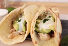 Tacos cu pui, avocado și sos de iaurt