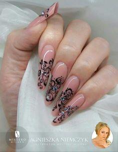 De Perfectamente divinas se puede calificar a éstas hermosas uñas esculturales en color  capuccino.