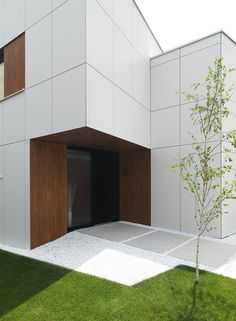 This modern prefabricated house unveils its cubic architecture in one of the largest show parks for prefabricated houses in Viena, Austria. Minimalist Architecture, Contemporary Architecture, Architecture Details, Interior Architecture, Modern Entrance, Entrance Design, House Entrance, Prefabricated Houses, Prefab Homes