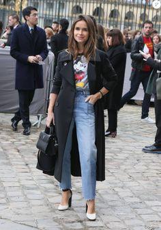 Miroslava Duma arrive au musée du Louvre pour le défilé Christian Dior, habillée d'un trench-coat et d'un sac noir Christian Dior, d'un t-shirt à l'effigie de Micket et d'un jean Vetements. Paris, le 4 mars 2016.