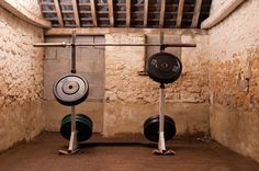 Nice dedicated outdoor squat room. Is this a garage gym? Who knows, still cool